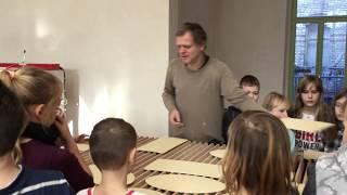 Jungen und Mädchen der Grundschule Pfeilergraben sind beim halleschen Künstler Moritz Götze zu Gast
