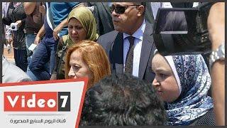 بالفيديو.. أسرة أحمد زويل تغادر مطار القاهرة فى سيارات رئاسة الجمهورية