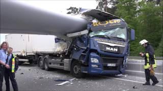 Dramatischer Unfall: Windradflügel durchbohrt Lkw bei Bielefeld