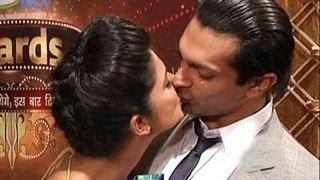 Karan Singh Grover & Jennifer CAUGHT KISSING PUBLICLY - WATCH NOW !!!