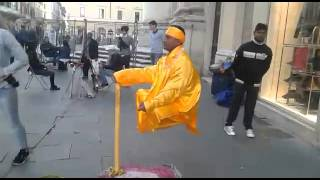 street show- The Floating and Levitating Man. TRICK REVEALED IN Roma
