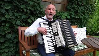 Manfred Bauer spielt auf dem Akkordeon