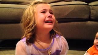 بنت تبكي ماتبي اخوها يكبر ( مترجم )