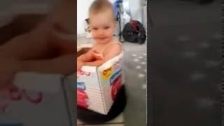 Papi mit Baby allein zu Hause. Staubsaugerroboter-Fun.
