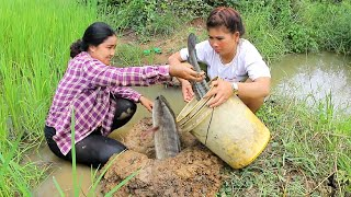 Amazing Two girls Deep Hole Fishing - How To Fishing in Battambang - Cambodia Fishing (part 64)