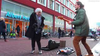 Passantin tanzt ausgelassen zu Straßenmusik