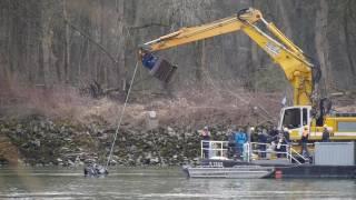 Wagen aus der Passauer Donau wird geborgen