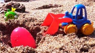 Spielspaß am Strand - Der Traktor gräbt #Überraschungseier aus - Tolle #Spielzeugautos
