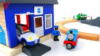 Wooden trains like brio trains Thomas opens wooden train set - toy trains for kids video Thomas