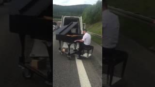Christian Pommnitz spielt am Flügel auf der Autobahn.