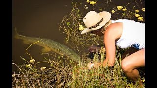 BOWFISHING {Catch & Cook) Rob Vs. Sarah Challenge!!!