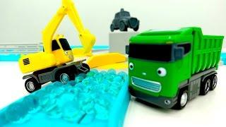#Bagger und #Kipplaster räumen die Straße frei – #HelperCars auf Deutsch – Video mit #Spielzeugautos