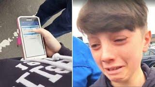 Als der Junge beim Abschied von seiner Oma am Flughafen auf das Handy sieht, bricht er in Tränen aus