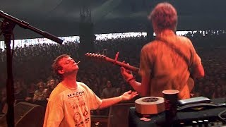 Mac DeMarco lets fan Thijs play guitar on