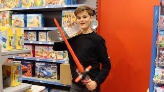 Oskar macht Kinderspielzeug kaputt