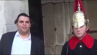 Funny guy makes Royal Guard Laugh at Buckingham Palace