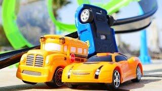 Spielzeugautos - Speedy and Bussy testen die neue Rennbahn - Spielspaß am Meer