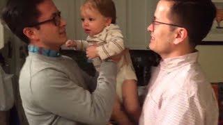 Das Baby sieht zum ersten mal den Zwillingsbruder des Vaters