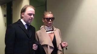 Hier geht Edona James in den Gerichtssaal - Prozess in München