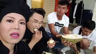 """Việt Hương """"bào"""" hết trái cây miền tây do fan tặng"""