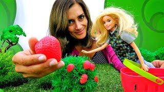 Lustige Schule mit Barbie Puppe. Wir machen Konfitüre.