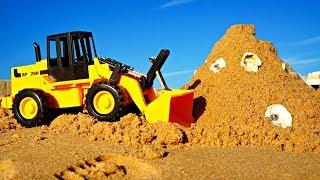 Video mit #Spielzeugautos für Jungen: der #Traktor baut eine #Sandburg 🏰 Spiele im Sand