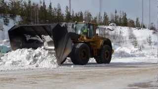 Volvo L220F Clearing snow with a Big bucket