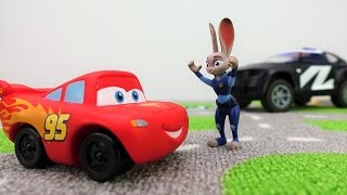 #McQueen in #Zoomania: ein Rennen in der Stadt  – Lightning McQueen Toy Videos auf Deutsch