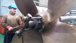 Fixed propeller pushing down with hydraulic Jack and heat